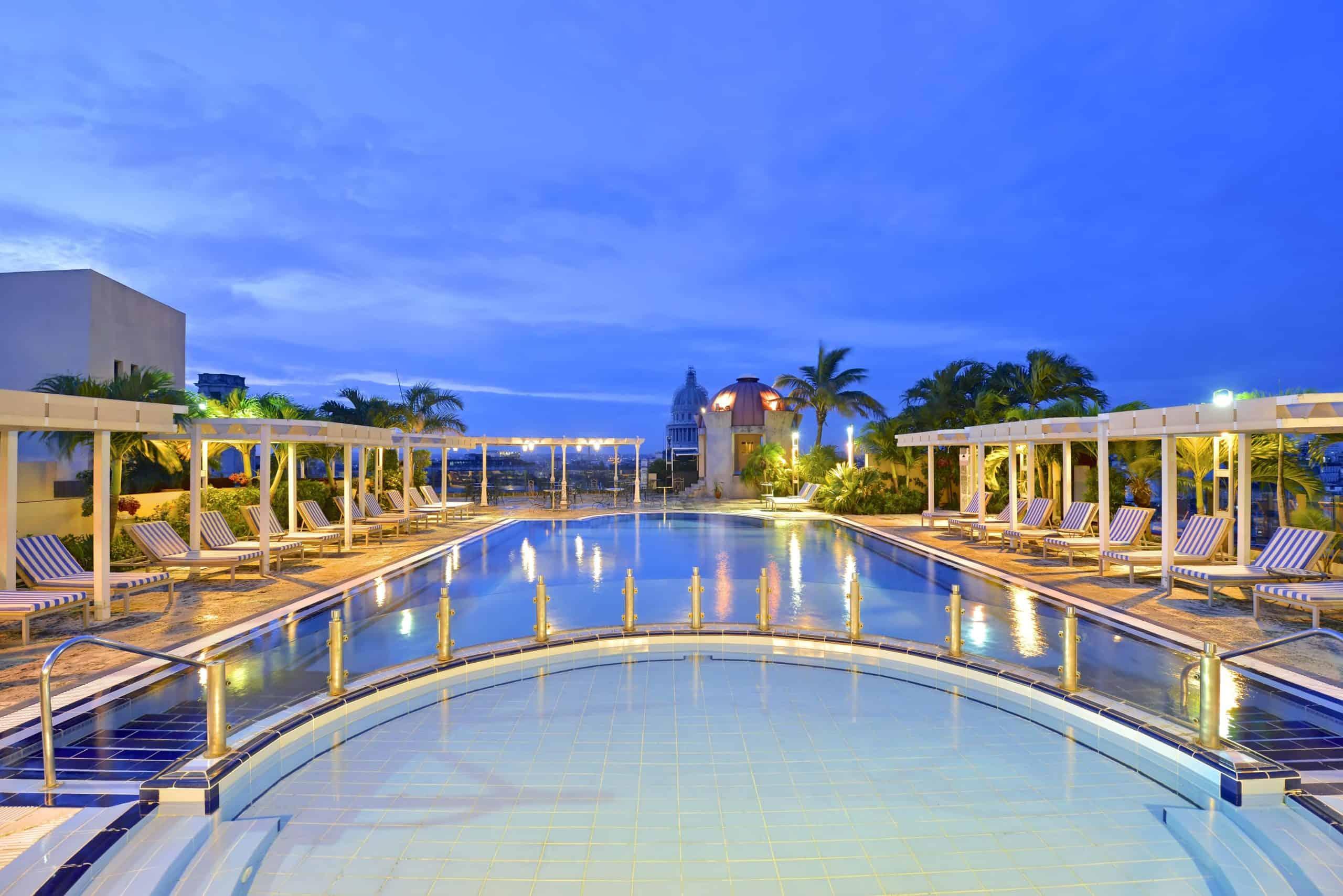 H0932 Piscine hotel nuit Parque central La Havane Cuba scaled