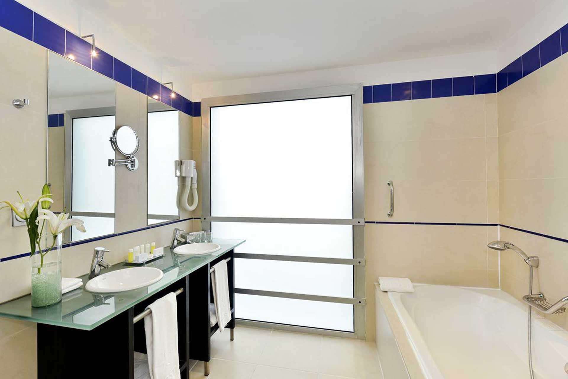 H0932 Salle de bain Moderne hotel Parque central La Havane Cuba