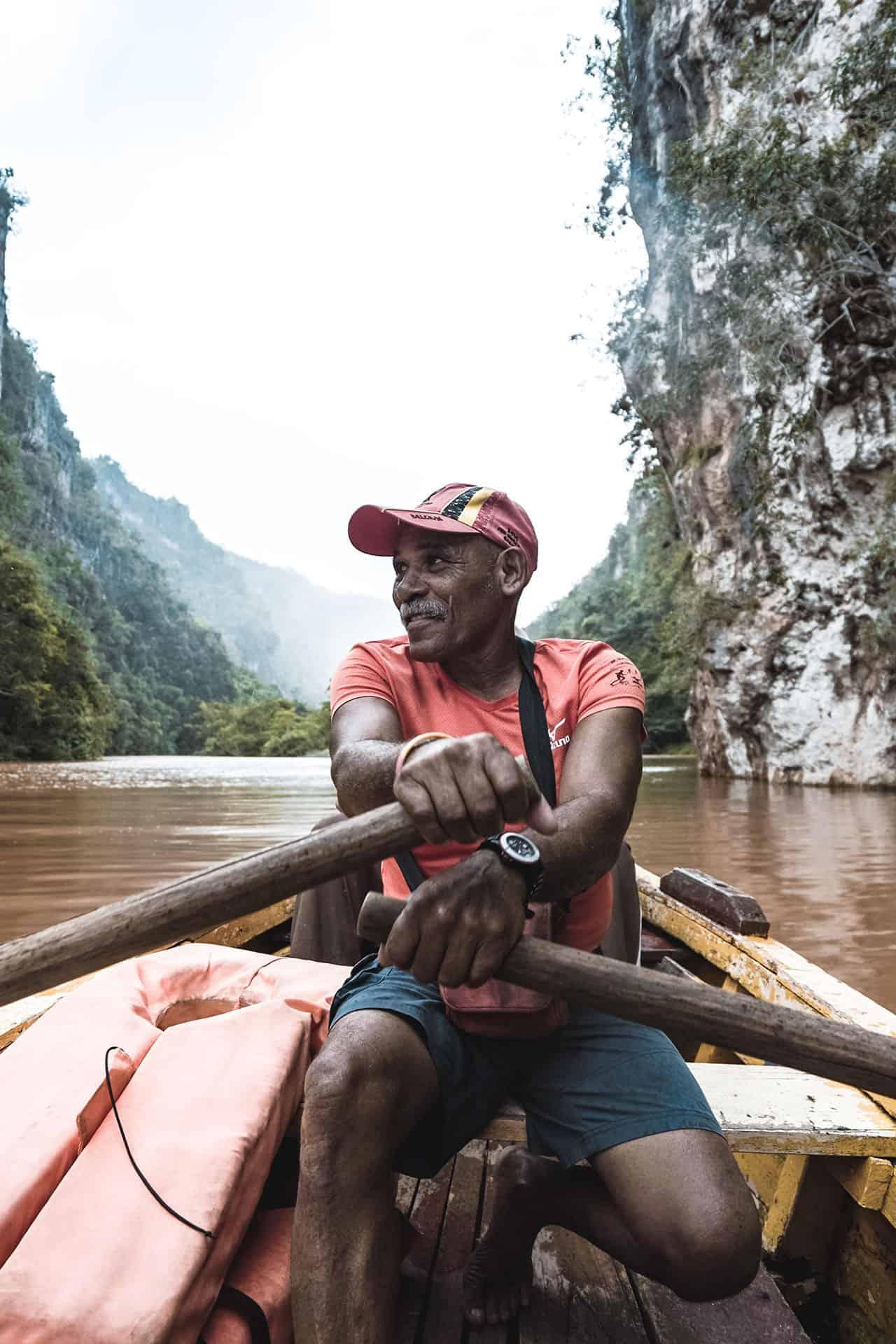 baracoa homme qui rame sur la riviere yumuri cuba autrement