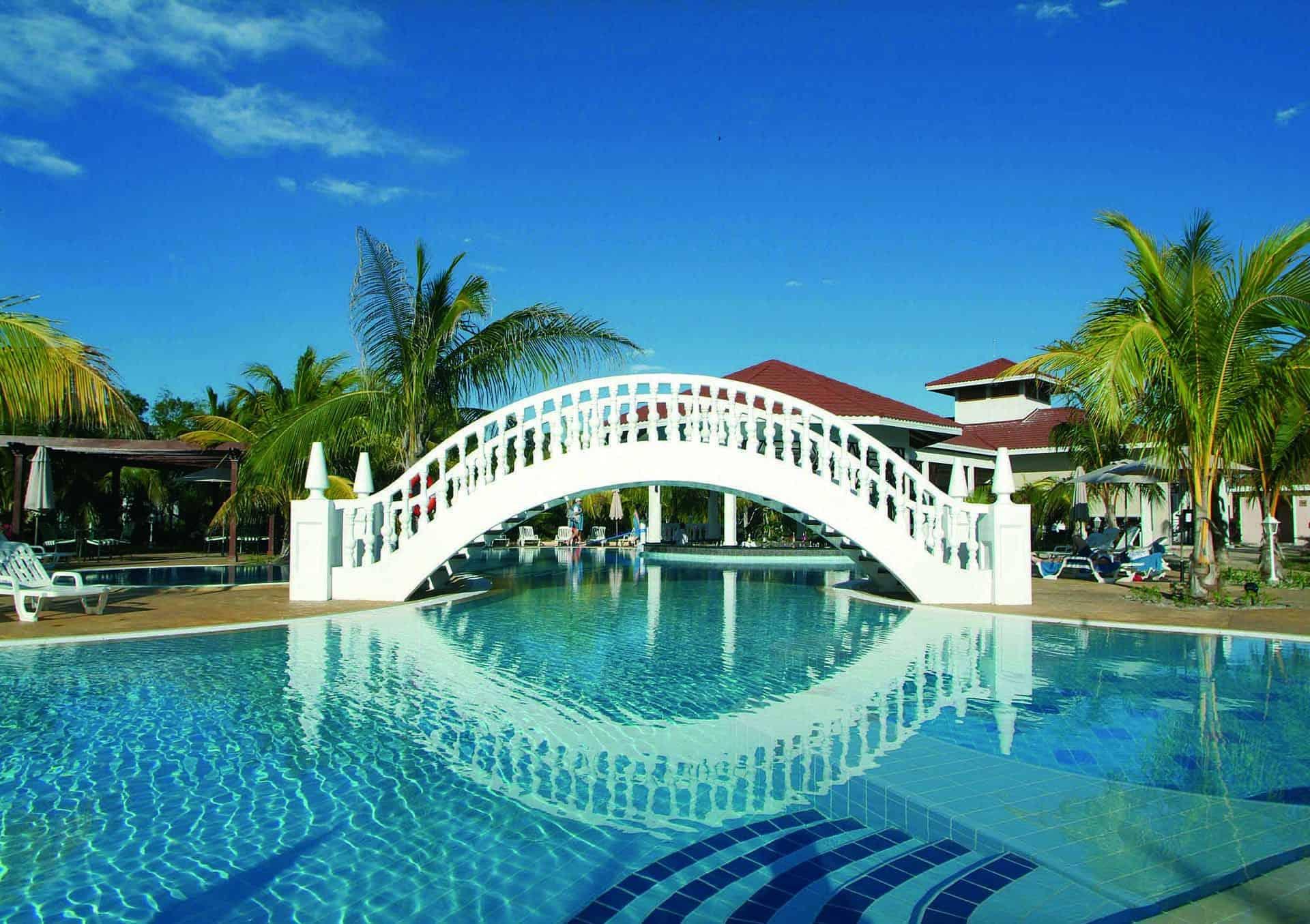 cayo santa maria hotel piscine palmiers pont cuba autrement